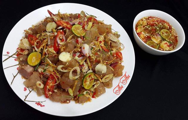 Gân bò ngâm kiểu Thái chấm cùng nước chấm chua chua, cay cay.