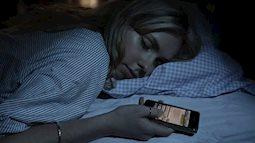 """Hậu quả """"chết người"""" từ thói quen vừa ngủ vừa sạc điện thoại"""