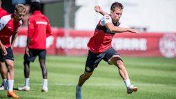 Cầu thủ Đan Mạch hùn tiền mua vé máy bay cho đồng đội về quê thăm con