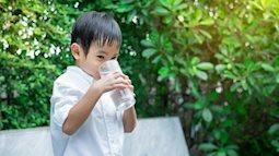 """""""Truyền thuyết"""" về cho trẻ uống nước lạnh gây viêm họng theo lý giải của bác sĩ Trí Đoàn"""