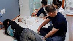 Bức ảnh 4 người lớn vây quanh em bé đang ngủ và sự thật phía sau về tâm tư người mẹ