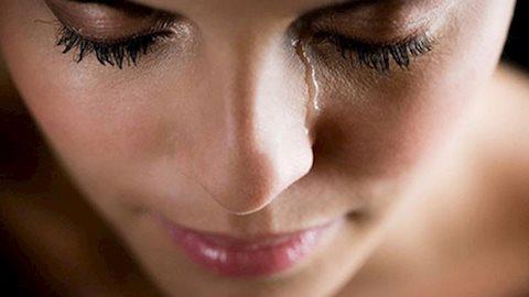Nguyên nhân gây nên tình trạng tự chảy nước mắt không thể tự kiềm chế
