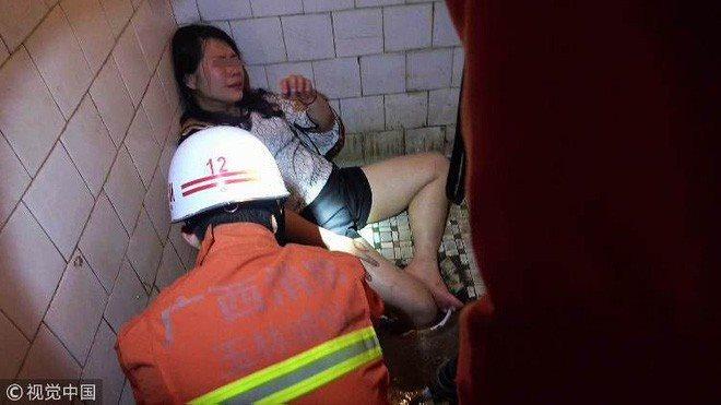 Bi hài & khó tả: Thụt chân xuống xí xổm, người đẹp phải nhờ cứu hoả phá xí xổm để cứu ra