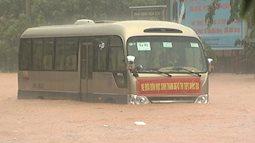 Nhiều thí sinh không đến được trường thi vì mưa lũ