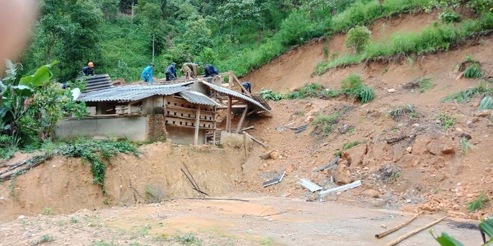 Xót xa hình ảnh người dân chống chọi lũ lụt tại các tỉnh miền núi phía Bắc