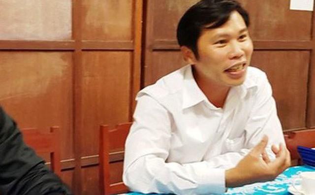 Ông Trần Văn Bình - Hiệu trưởng trường Lê Thuyết trả lời với báo chí. Ảnh: TTT
