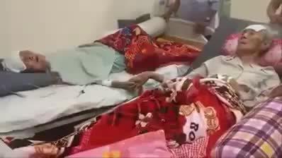 Clip cảm động cảnh nắm tay của 2 vợ chồng già khi nằm cạnh nhau