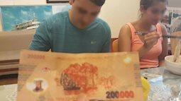Câu chuyện tài xế taxi tại Hà Nội trả lại... vàng mã cho khách nước ngoài khiến cư dân mạng phẫn nộ