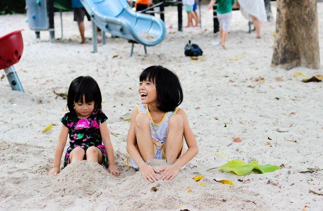 Chôn chân quá chặt trong cát có thể khiến trẻ gặp nhiều nguy hiểm hình ảnh