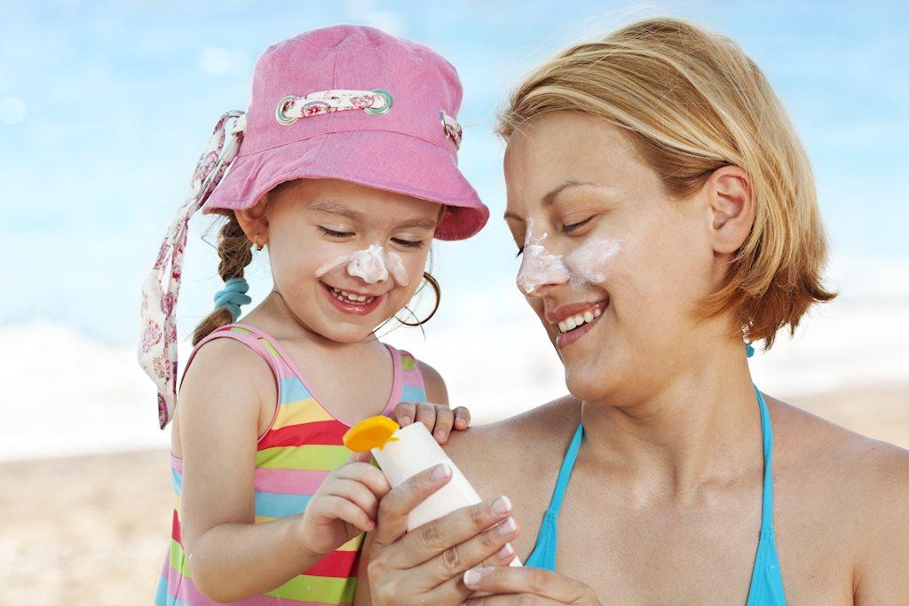 Đừng quên chống nắng cho con khi đi biển hình ảnh