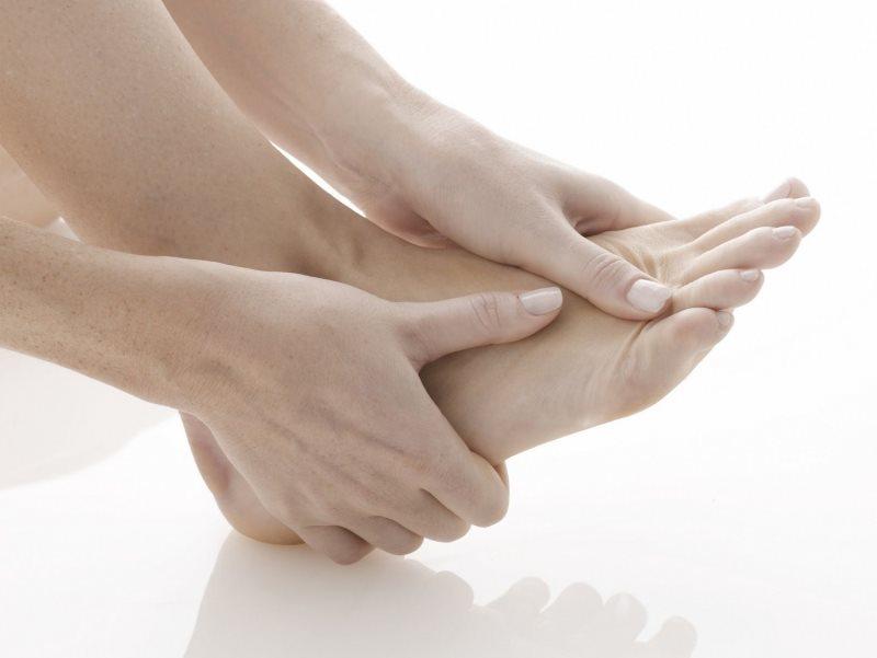 Ngón chân út tê bì, co rút thường xuyên là dấu hiệu của bệnh gì?