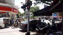 Hà Nội: Nữ tài xế đỗ ô tô chặn ngang barrier đường tàu rồi bỏ đi mất