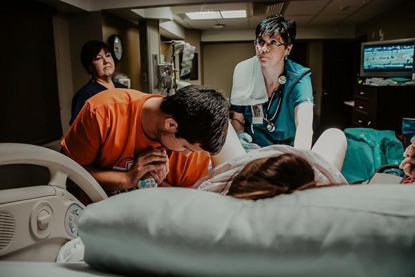 Chồng khóc nức nở trong phòng hộ sinh của vợ