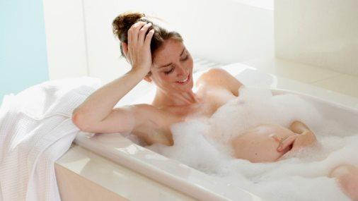 """Những nguyên tắc """"bất di bất dịch"""" mẹ bầu cần tuân thủ khi tắm ngày nắng nóng"""