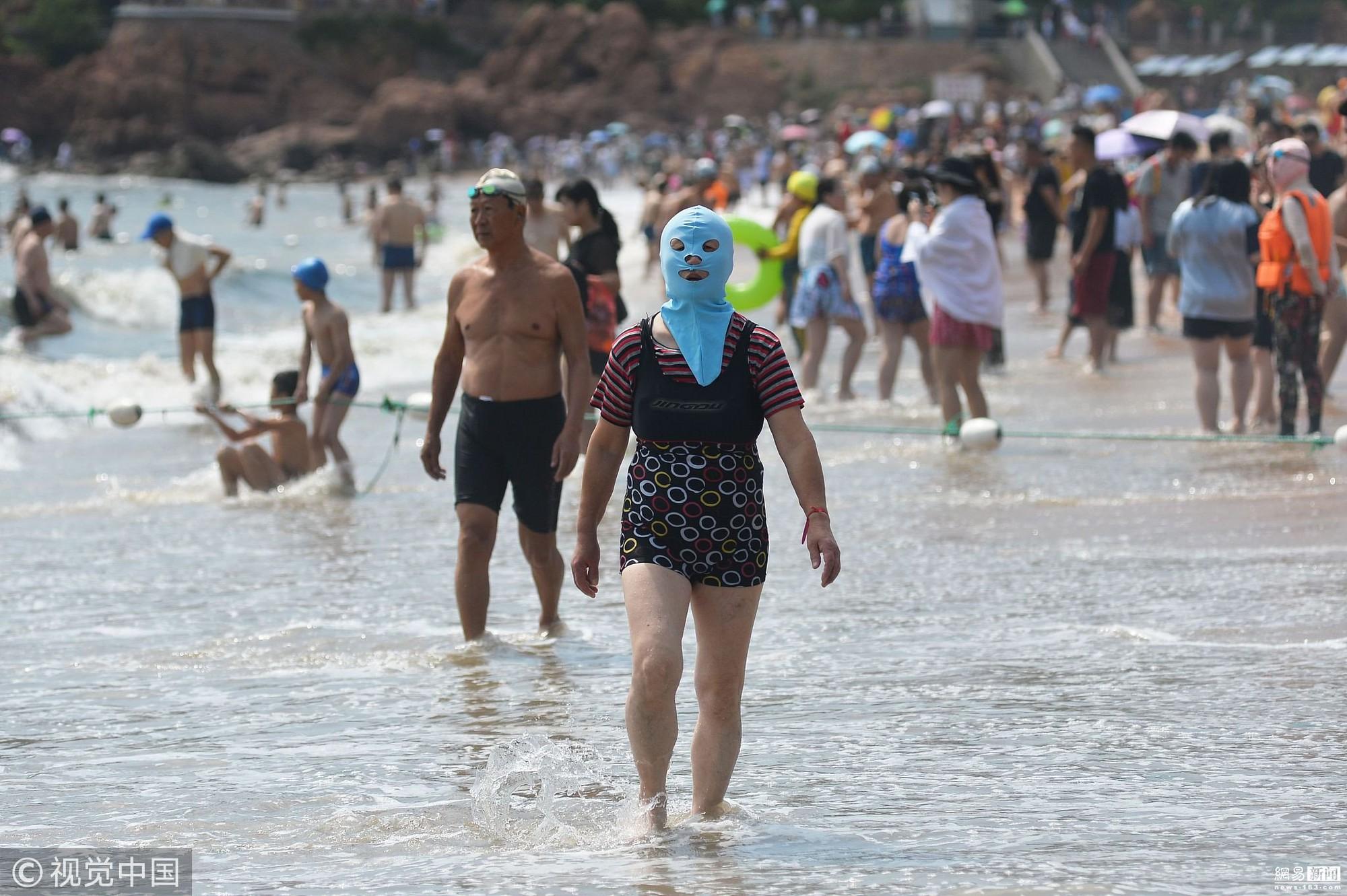 Đến hẹn lại lên, các bãi biển Trung Quốc nở rộ áo tắm Ninja đi nghỉ mát của 500 chị em sợ cháy nắng - Ảnh 3.
