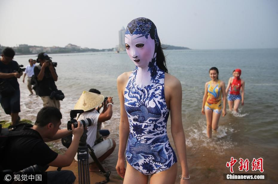 Đến hẹn lại lên, các bãi biển Trung Quốc nở rộ áo tắm Ninja đi nghỉ mát của 500 chị em sợ cháy nắng - Ảnh 10.