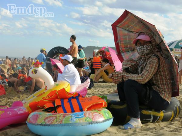 """CHÙM ẢNH: Ngay cả trên bãi biển, chị em cũng không ngại """"biến hình"""" thành ninja, chống nắng """"nghìn lớp"""" để đối phó với NẮNG NÓNG CHÁY DA THỊT"""
