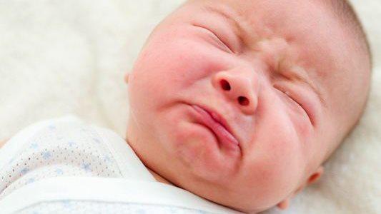 """Bé ngủ thường giật mình thon thót, ba mẹ """"đối phó"""" thế nào?"""
