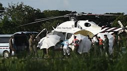 Sau khi mắc kẹt ở trong hang, 2 trong số những cầu thủ nhí Thái Lan được cứu ra bị viêm phổi