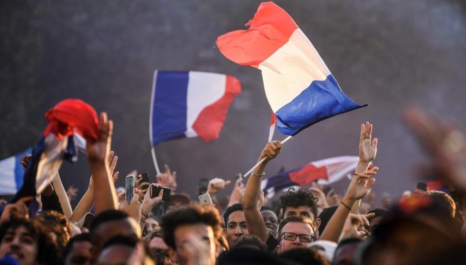 Paris không ngủ, người dân Pháp hạnh phúc ăn mừng đội nhà vào Chung kết WorldCup