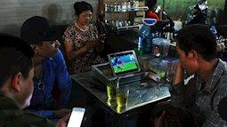 Đây là cách xem  World Cup của người dân lao động chợ đêm Long Biên