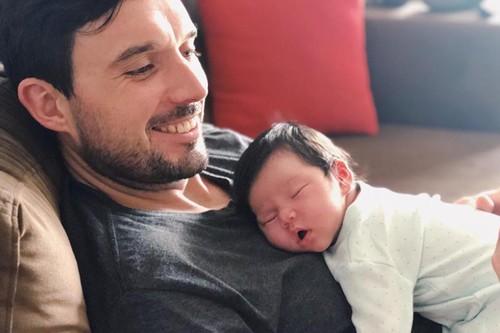 Chồng Hà Anh giúp vợ chăm con mỗi khi cô mệt.