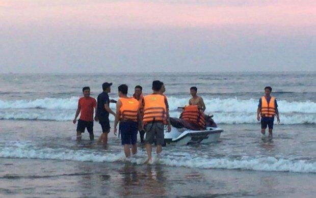 Lực lượng Cảnh sát PCCC Thanh Hóa đang tìm kiếm các nạn nhân ở bãi biển Hải Hòa