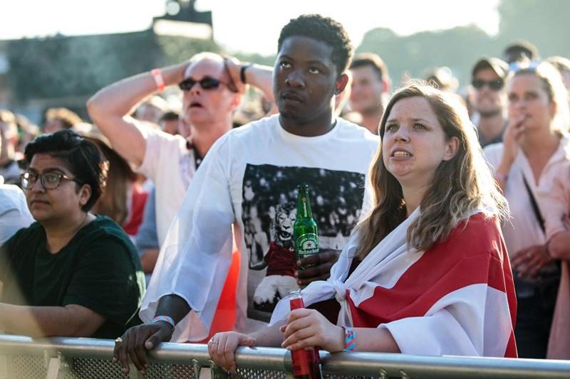 Thua cay đắng Croatia, Fan Anh đau đớn bật khóc nức nở - ảnh 17