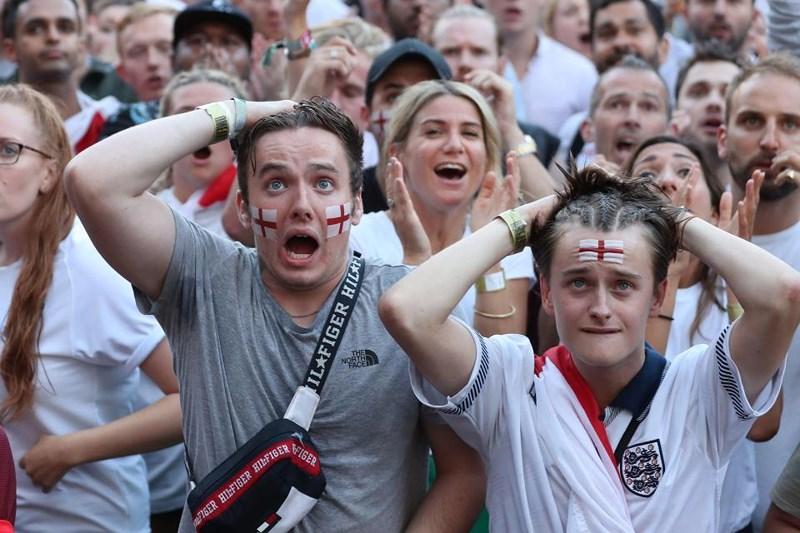 Thua cay đắng Croatia, Fan Anh đau đớn bật khóc nức nở - ảnh 13