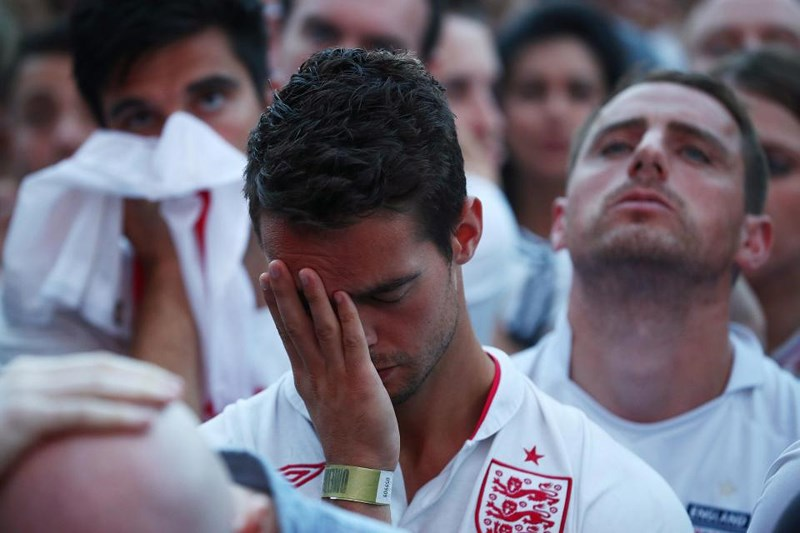 Thua cay đắng Croatia, Fan Anh đau đớn bật khóc nức nở - ảnh 19
