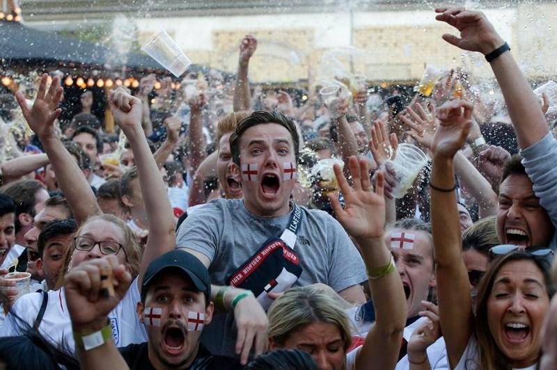 Thua cay đắng Croatia, Fan Anh đau đớn bật khóc nức nở - ảnh 5