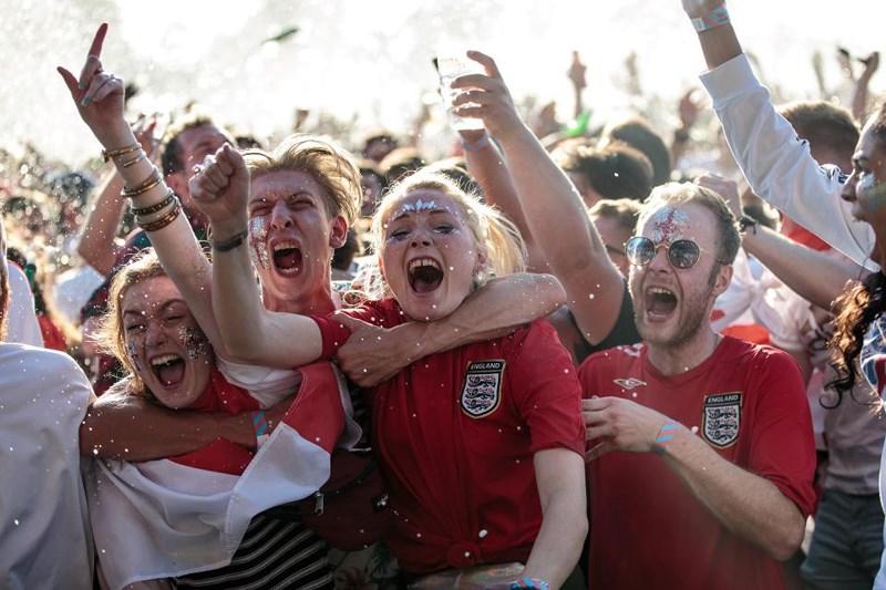 Thua cay đắng Croatia, Fan Anh đau đớn bật khóc nức nở - ảnh 8