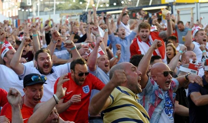 Thua cay đắng Croatia, Fan Anh đau đớn bật khóc nức nở - ảnh 9