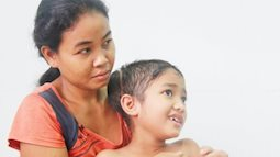 Mới 10 tuổi, bé trai này đã biết cầu xin bố mẹ cho về nhà vì không có tiền chữa bệnh