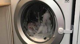 Bé 3 tuổi bị kẹt trong lồng máy giặt đang quay và xả nước