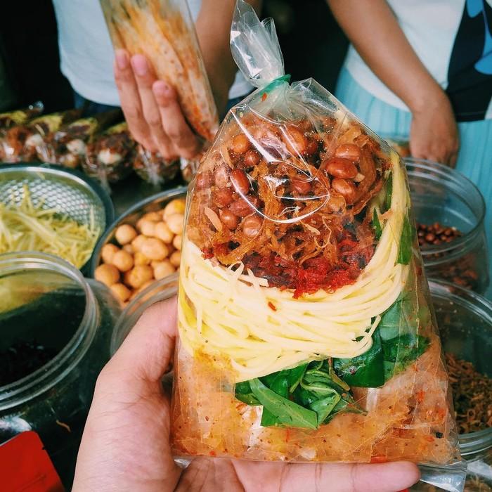 Những món ăn vặt Sài Gòn cứ lắc, trộn là khiến người ta chảy nước miếng - Ảnh 3.