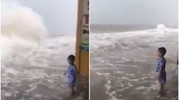 Người mẹ bị dân mạng chỉ trích gay gắt vì quay clip con chơi đùa trước sóng lớn