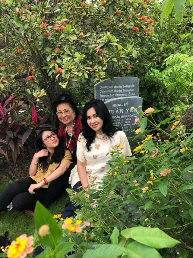 Nghệ sĩ Thanh Hương cùng diva Thanh Lam và cháu gái Thiện Thanh bên mộ nhạc sỹ Thuận Yến.