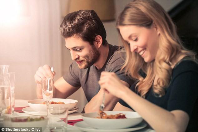 Những người ăn tối sớm hoặc ăn tối trước khi ngủ ít nhất 2 giờ đồng hồ sẽ có nguy cơ bị ung thư thấp hơn.