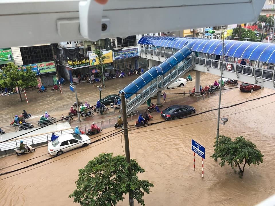 Phố thành sông, Hà Nội ngập nặng sau cơn mưa cả đêm
