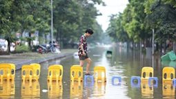 Những khoảnh khắc lạc quan hài hước trong ngày mưa bão