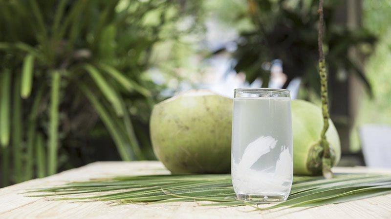 Uống nước dừa khi vừa đi ngoài trời nắng về có thể gây đầy bụng hình ảnh