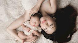 """Giải mã chuyện """"lạ"""" cực đáng yêu: Vì sao em bé thích rúc vào nách mẹ dù thời kì này vùng nách mẹ nặng mùi hơn?"""