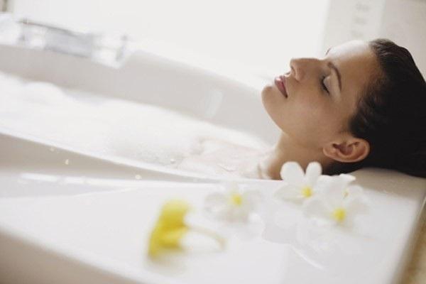 Bà bầu tắm nước nóng tăng nguy cơ dị tật thai nhi, dễ gây sinh non, sẩy thai