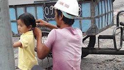 Bức ảnh người cha công nhân buộc tóc cho con gái khiến vạn người thốt lên 'Ôi cuộc đời sao mà đáng yêu'