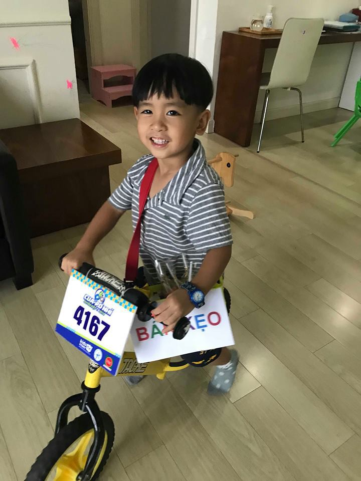 Lãi 178 nghìn đồng sau 2 buổi đi bán kẹo, cậu bé 4 tuổi ở Hà Nội học được nhiều điều nhờ cách dạy con kiếm tiền của mẹ - Ảnh 2.