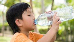 Trẻ uống nước bao nhiêu là đủ, bố mẹ cần biết để bổ sung đủ cho con