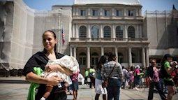 Mỹ hợp pháp hóa việc các bà mẹ cho con bú ở nơi công cộng