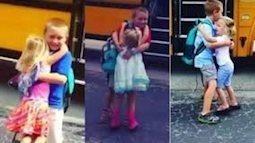Clip Em gái dễ thương ngày nào cũng ra trạm xe buýt đón anh trai đi học về