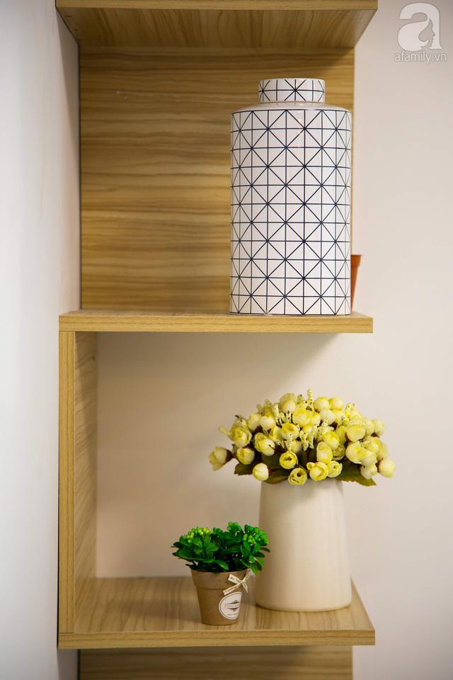 Góc kệ đơn giản tạo điểm nhấn cho nội thất.